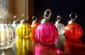 holiday table decor tip 3: double-duty ornaments